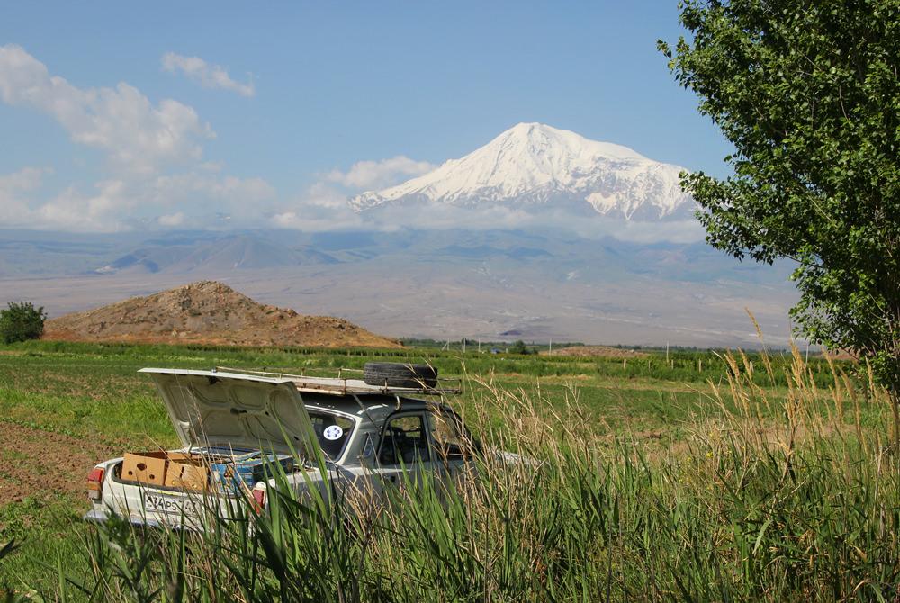 Auto vor dem Ararat, Armenien